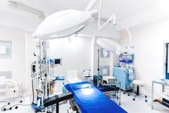 Modern sjukhusinre Detaljer av medicinsk utrustning med lampor och operationsbordet fotografering för bildbyråer