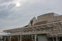 Modern skotska parlamentet i Edinburg med moln royaltyfri bild