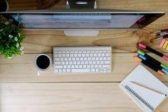 Modern skrivbords- dator för Workspace på den wood tabellen och kontorsmaterial Arkivbild