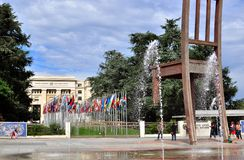 Modern skulptur i den eniga nationfyrkanten i Genève Arkivfoton