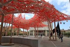 Modern skulptur och sikt av den nationella teatern av Nice, Fotografering för Bildbyråer