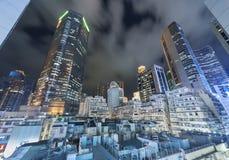 Modern skyscarper och gammal bostads- byggnad Royaltyfri Bild