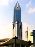 Modern skyskrapa med blå himmel i bakgrunden Arkivbild
