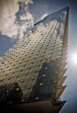Modern skyskrapa som reflekterar ett moln från himlen arkivfoto