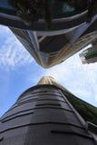 Modern skyskrapabyggnad mot blå himmel Royaltyfria Foton