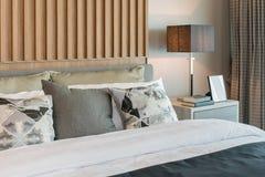 Modern slaapkamerontwerp met verfraaid houten paneel stock foto's