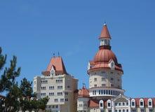 Modern slott-typ som bygger över den blåa himlen Fotografering för Bildbyråer