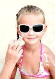 Modern smörjer skyddande kräm för att vända mot lilla flickan arkivbild