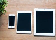 Modern smart telefon på det wood brädet Arkivbild