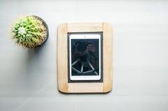 Modern smart telefon på traditionellt svart bräde Royaltyfria Bilder