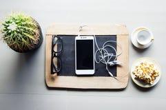 Modern smart telefon på traditionellt svart bräde Arkivfoto
