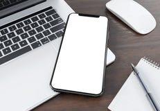 Modern smartphonemodell som lägger på tolkning för bärbar dator 3d vektor illustrationer