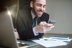 Modern Smiling Businessman Using Smartphonen Royalty Free Stock Photos