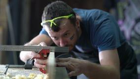 Modern snickare på arbete stock video