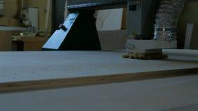 Modern snickerimaskin i handling Klipper lockiga stycken fr?n kryssfanerarket Produktion av tr?m?blemang arkivfilmer