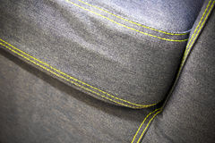 Modern soffa som göras av grov bomullstvill, slutdetalj Royaltyfri Fotografi