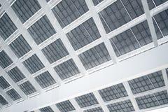 Modern solpanel för horisontalfoto med solstrålar som reflekterar Modern byggnadsarkitektur Töm abstrakt begrepp Arkivbilder