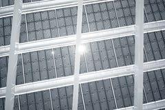 Modern solpanel för horisontalfoto med solstrålar som reflekterar Modern byggnadsarkitektur Töm abstrakt begrepp Royaltyfri Bild