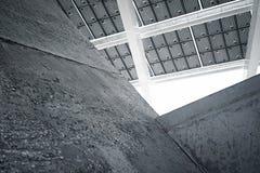 Modern solpanel för horisontalfoto med tomma mörka konkreta kvarter Modern byggnadsarkitektur Töm abstrakt begrepp Arkivbild