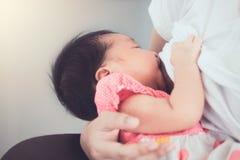 Modern som ammar hennes nyfött, behandla som ett barn flickan Arkivbild