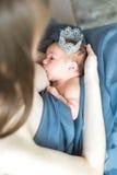 Modern som ammar hennes nyfött, behandla som ett barn Arkivfoto