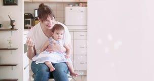 Modern som blåser bubblor med henne, behandla som ett barn flickan lager videofilmer