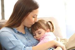 Modern som kysser till henne, behandla som ett barn dottern Royaltyfri Bild