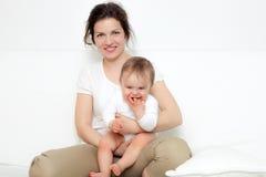 Modern som leker med, behandla som ett barn Royaltyfri Bild