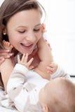 Modern som leker med henne, behandla som ett barn Royaltyfri Fotografi
