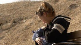 Modern som ler och talar med litet, behandla som ett barn utomhus- royaltyfri bild