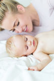 Modern som ligger med hennes litet, behandla som ett barn Arkivbilder