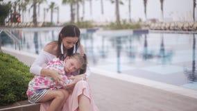Modern som omfamnar och, lugnar den ledsna dottern arkivfilmer