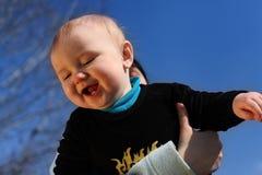 Modern som är lycklig att rymma, behandla som ett barn i händer. pojke. Arkivfoton