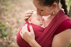 Modern som rymmer henne, behandla som ett barn dottern, yttersida i höstnatur fotografering för bildbyråer