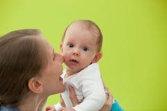 Modern som spelar med hennes härliga litet, behandla som ett barn fotografering för bildbyråer