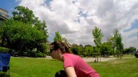 Modern som upp kastar hennes, behandla som ett barn flickan till himmel på vårgräs arkivfilmer