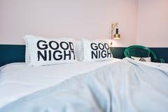 Modern sovruminre med den bekväma kudden och dekorativt l Fotografering för Bildbyråer