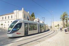 Modern spårvagn i centrala jerusalem Israel Arkivfoto