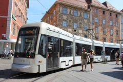 Modern spårvagn i mitten av Graz, Österrike Arkivfoton