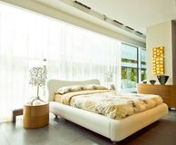 Modern spacious bedroom Royalty Free Stock Photography
