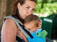 Modern spelar med hennes litet behandla som ett barn barnet utomhus Arkivfoton