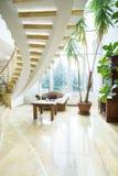 Modern spiral trappa i lyxig villa Royaltyfri Foto