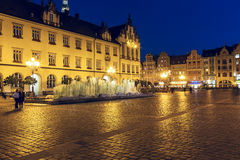 Modern springbrunn, gammal marknadsfyrkant i Wroclaw Royaltyfria Foton