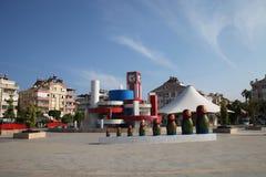 Modern springbrunn med Matryoshkas i aftonen Arkivfoto