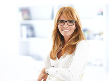Modern stående för affärskvinna Arkivbilder