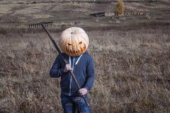 Modern Stålar-lykta med en pumpa på hans head anseende i fältet Arkivbilder