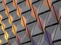 Modern stålcladding med vinkelformiga geometriska modeller och squar Arkivfoton