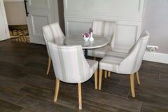 Modern stånginre med vita stolar Royaltyfria Bilder