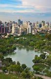 Modern stad i en grön miljö, Suan Lum, Bangkok, Thailand Arkivfoto