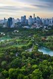 Modern stad i en grön miljö, Suan Lum, Bangkok, Thailand. Arkivfoton